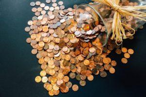Viel Münzgeld aus einem Behälter gefallen