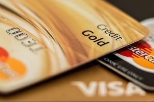 Drei Kreditkarten aufeinander gelegt