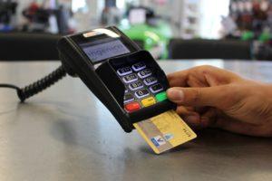 Kreditkarte in einem Kartenleser