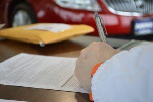 Eine Person unterschrieb ein Dokument